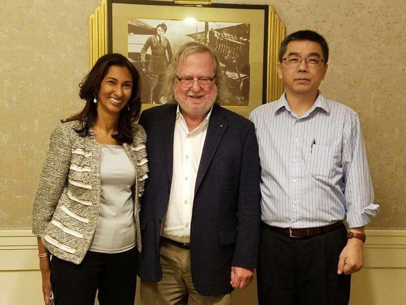 北極星藥業執行長吳伯文(右)與今年諾貝爾獎得主Jim Allison(中)。 (廠商提供)