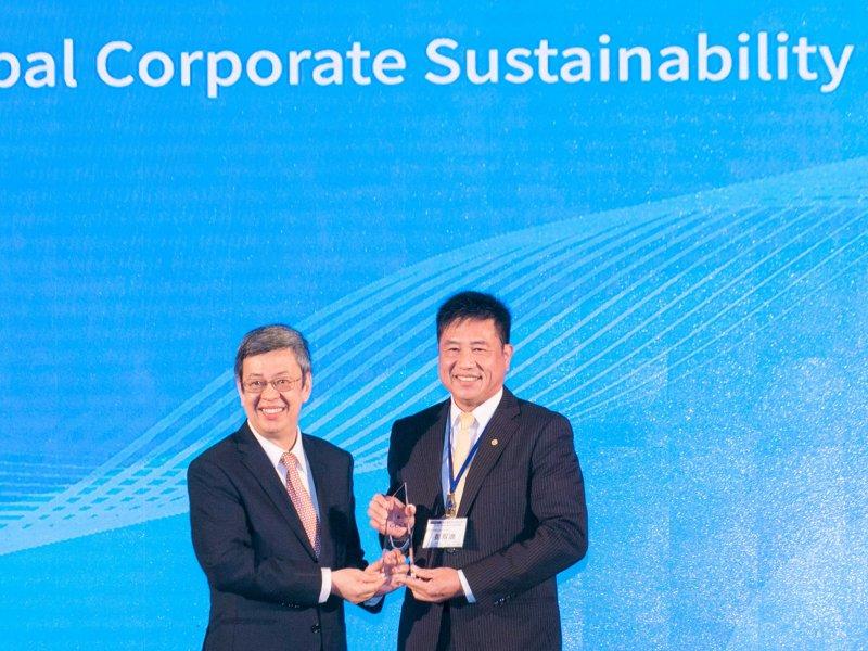 友達光電董事長彭双浪(右)獲頒首屆「全球企業永續傑出人物獎」。(友達提供)