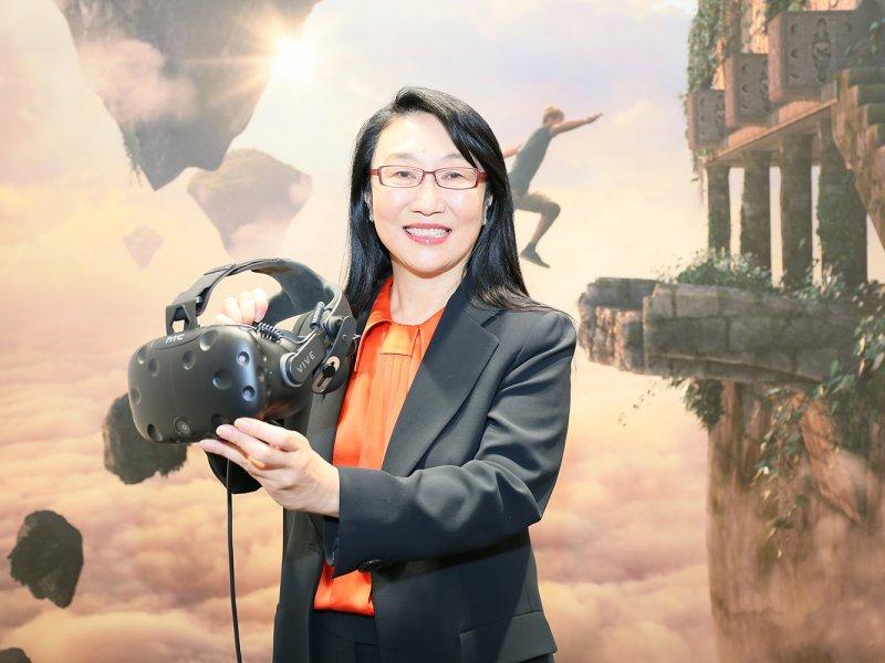 圖為宏達電董事長王雪紅及HTC VR產品。(宏達電提供)