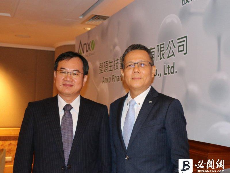 瑩碩董事長王建治(左)與執行長顏麟權。(資料照)