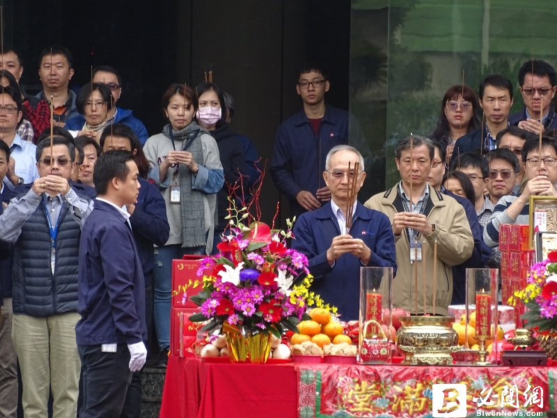 郭台銘開年就出國打拼,連3年缺席開工拜拜 ,由集團副總裁呂芳銘代表。(資料照)