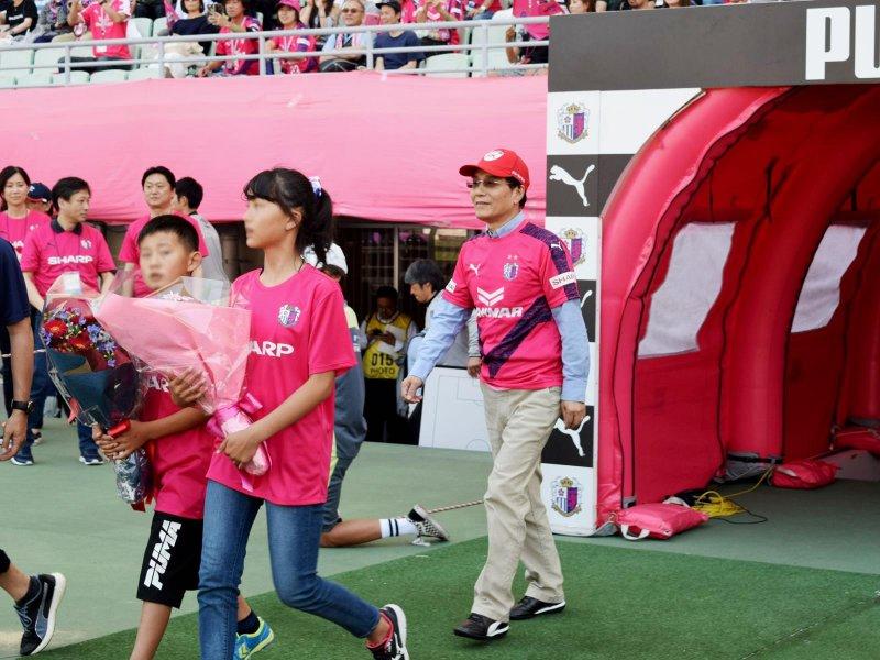 夏普戴正吳出席足球賽開球 表明將續任董座至2021年。(夏普提供)