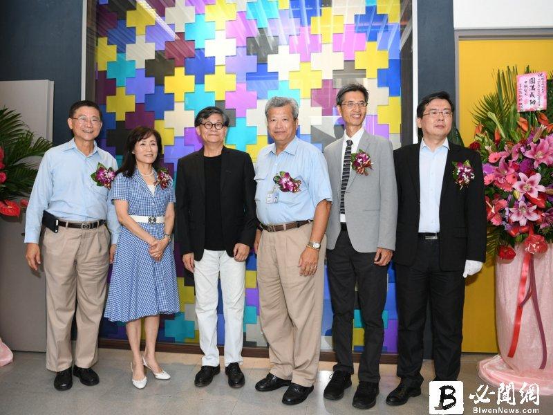 成功大學中鋼金屬實驗室「鈦金華彩」藝術形象牆揭幕。(資料照)