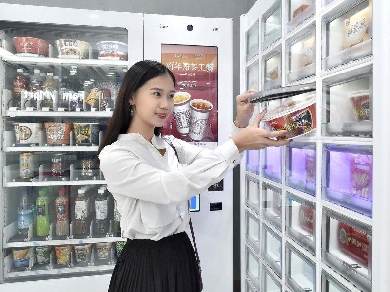 亞太電信跨界與全家便利商店合作  將「智能販賣機」導入便利商店。(廠商提供)