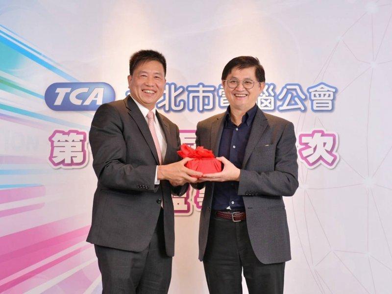 友達董事長彭双浪(左)出任台北市電腦公會理事長。(公會提供)