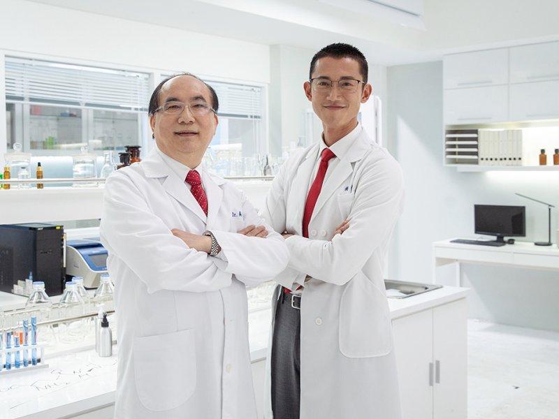 達爾膚DR.WU邀請金鐘影帝吳慷仁(右)擔任全新品牌代言人。(廠商提供)