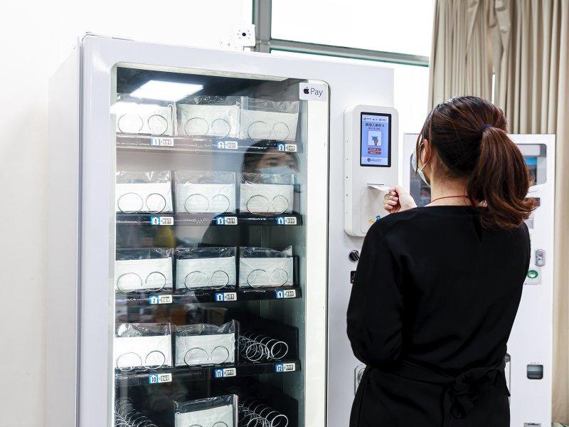 微星秀AIoT技術 與業安科技共同合作開發口罩實名制販賣機。(微星提供)