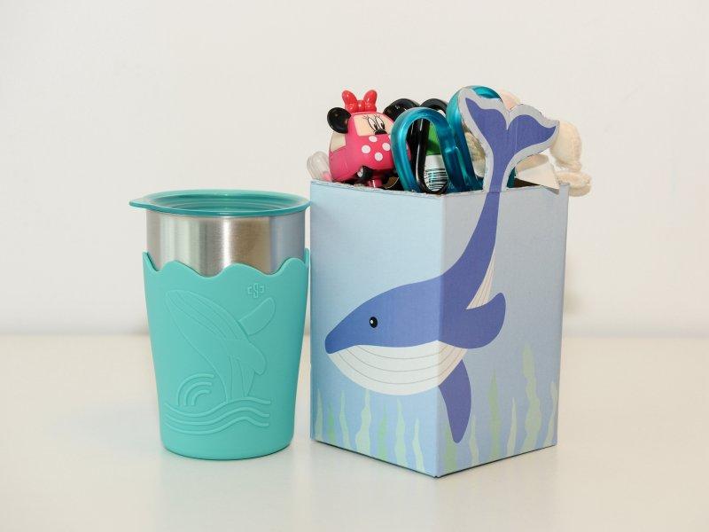 中鋼公布股東會紀念品「鯨彩都繪抗菌鋼杯」 兼具抗菌功能及環保設計。(中鋼提供)