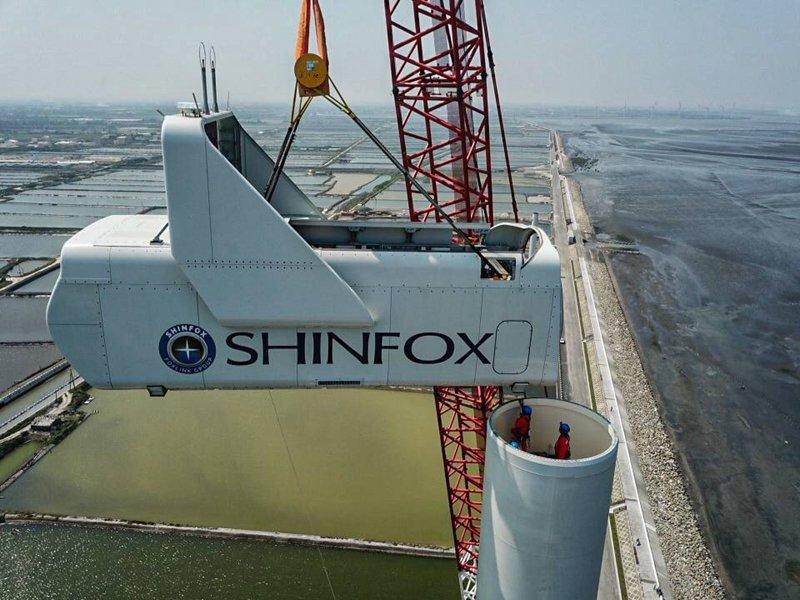 正崴集團切入再生能源領域 子公司永崴建置全台首座裝置容量最大、高度最高的陸域風機完成吊裝。(永崴提供)