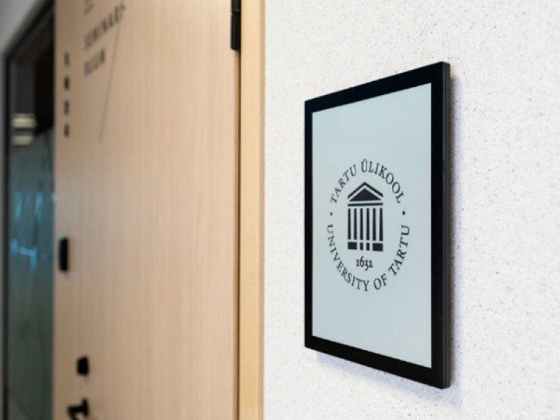 E Ink元太科技與Artec Design於愛沙尼亞塔爾圖大學建置電子紙課表看板。(元太提供)