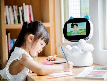 陪伴型機器人「凱比同學」第二代登場 亞太電信獨賣