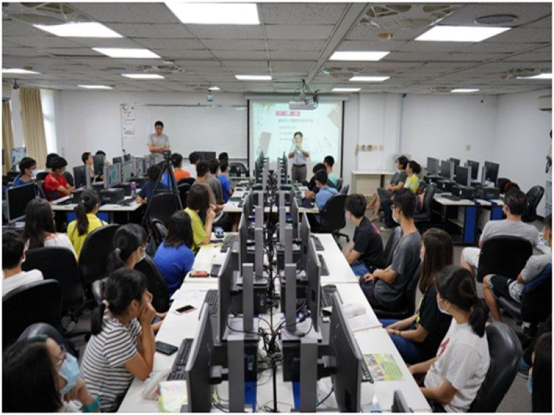 鴻海教育基金會超前部署科技教育 量子科技營60位高中生超導型電腦初體驗。(鴻海教育基金會提供)