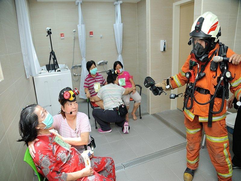 美國消防工程師學會台灣分會與和頌長照機構攜手合辦消防演練 強化自主應變能力。(廠商提供)