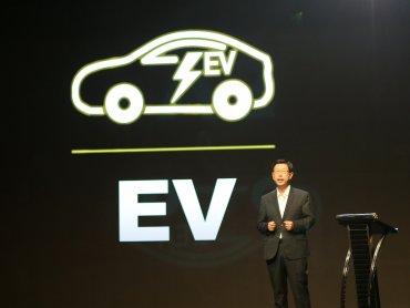 鴻海備妥電動車關鍵零組件 董座劉揚偉:目標2025-2027年搶下10%市佔率