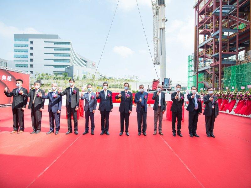 台積電南科三奈米廠上樑 劉德音:朝量產的目標又邁進了一大步。(台積電提供)