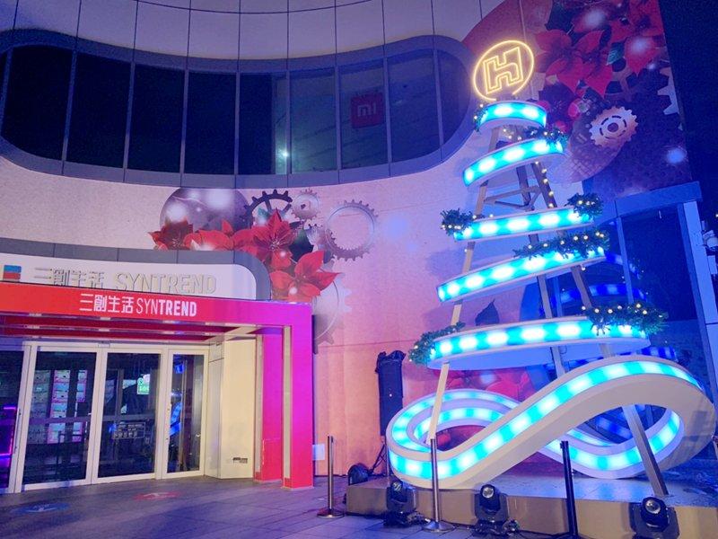 三創生活攜手鴻海打造2020「科技之光」聖誕樹 閃耀大光華商圈。(三創提供)