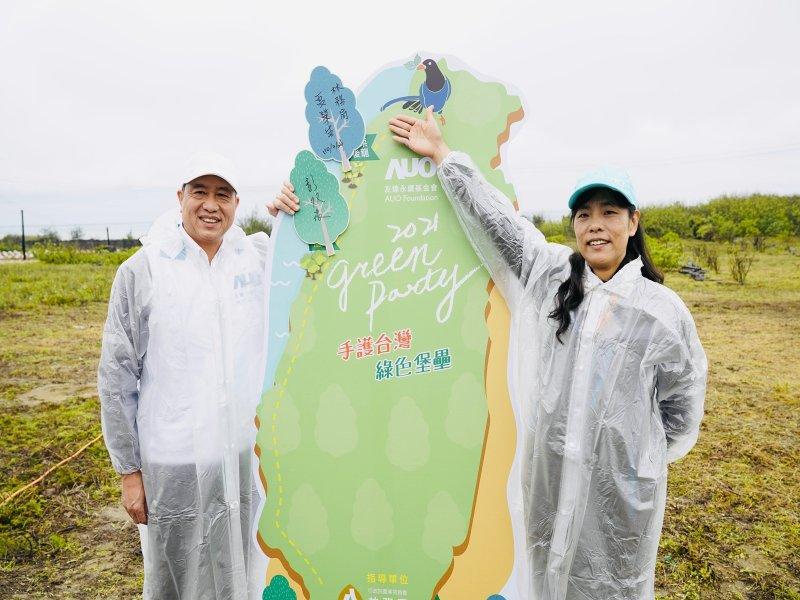 友達率領企業志工「手護台灣綠色堡壘」 植樹造林更護樹。(友達提供)