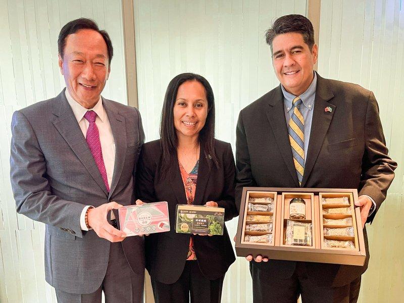 郭董用健康科技與在地水果及農產品宴請帛琉總統賢伉儷。(廠商提供)