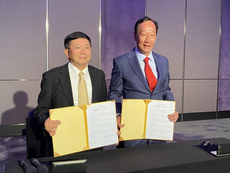 郭台銘代表鋐維與台康生技簽訂投資意向書 擬斥資50億元取得5500萬股 比重達18.56%將成最大股東。(台康提供)