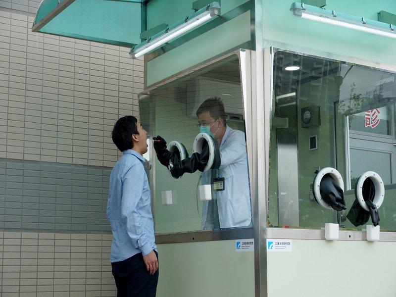 經濟部促工研院漏夜搭建正壓檢疫亭 以科技護衛臺灣防疫第一線。(工研院提供)
