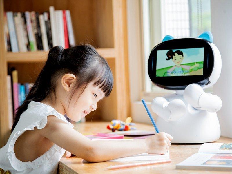 防疫期間居家學習不中斷 亞太電信關懷弱勢學童免費贊助1萬門4G上網卡 不限速可用45天。(亞太電信提供)