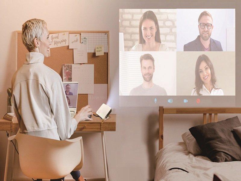 建碁AOPEN推出兩款微型LED投影機 享受居家工作、學習的超大視野。(廠商提供)