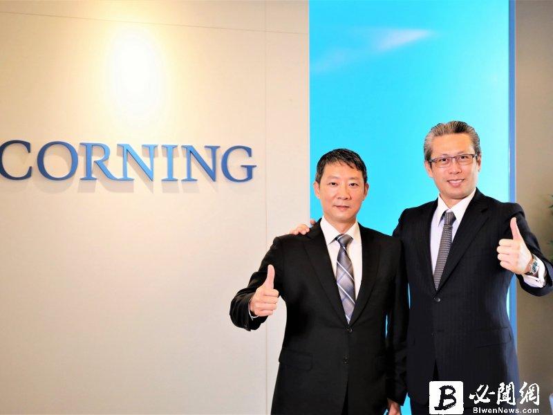 左:台灣康寧新任總經理何宜修;右:台灣康寧前任總經理曾崇凱。(康寧提供)